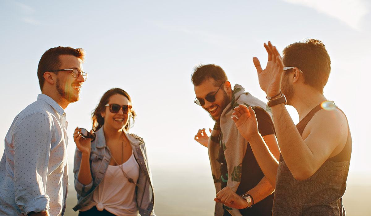 groupe d'amis sur la plage qui danse