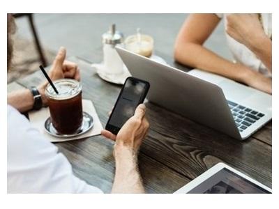 deux personnes qui utilisent leur smartphone et PC