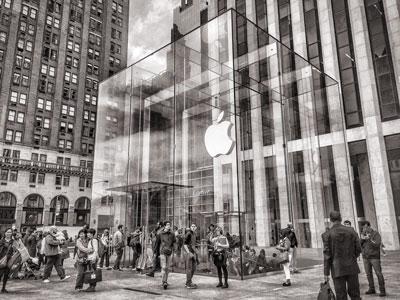 Le logo Apple en vitrine d'un AppleStore