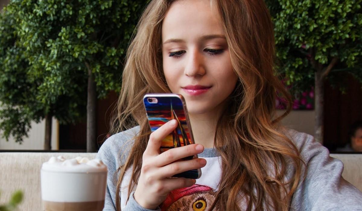 jeune fille qui surf sur son smartphone
