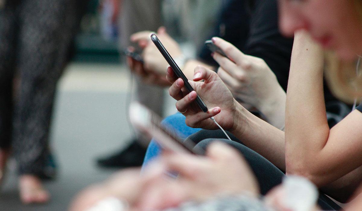 Personnes tenant un smartphone
