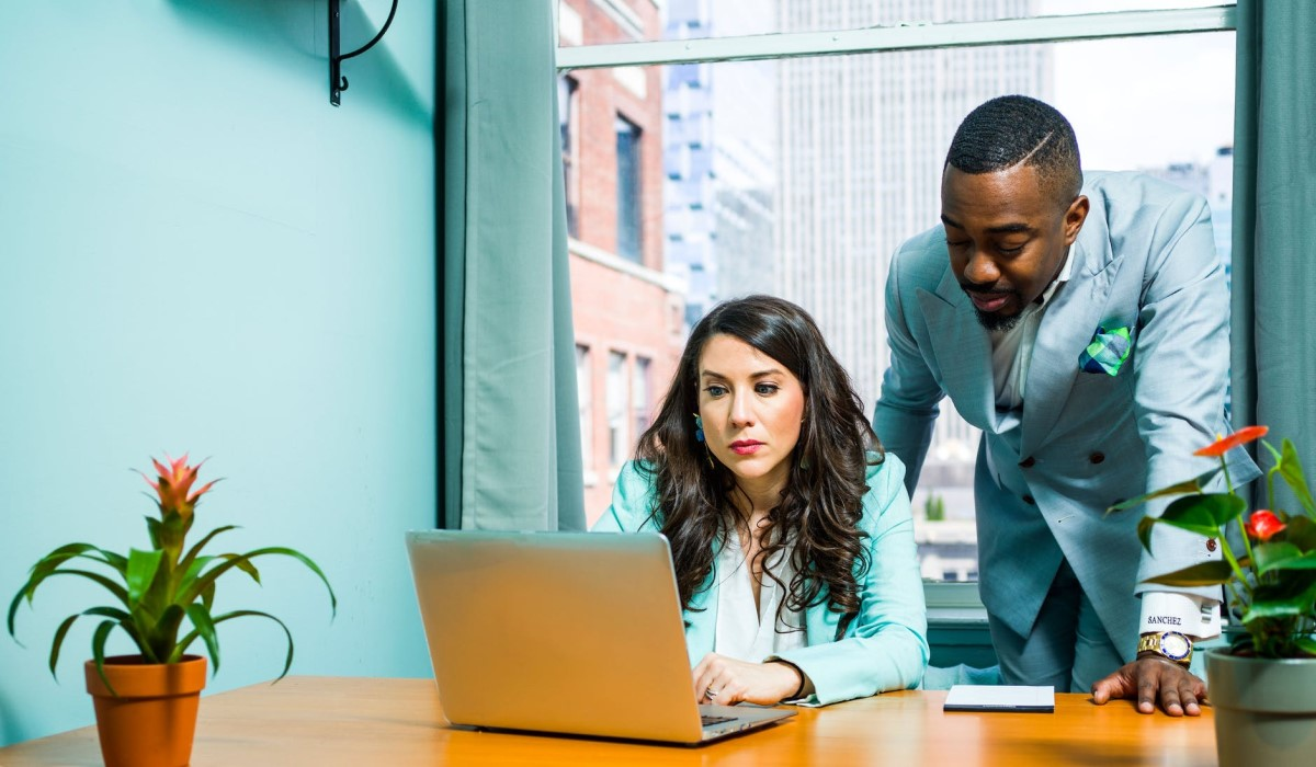 deux personnes qui regardent l'écran d'un pc