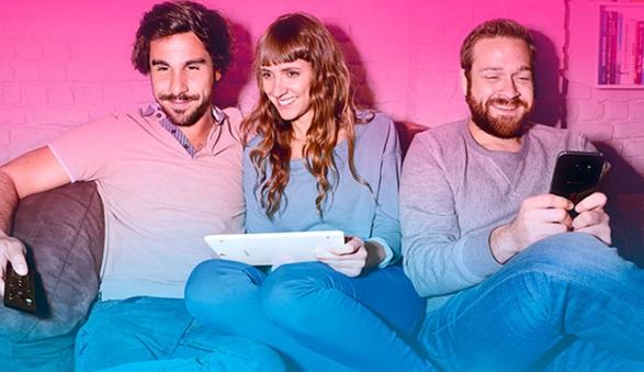 3 personnes dans le canapé