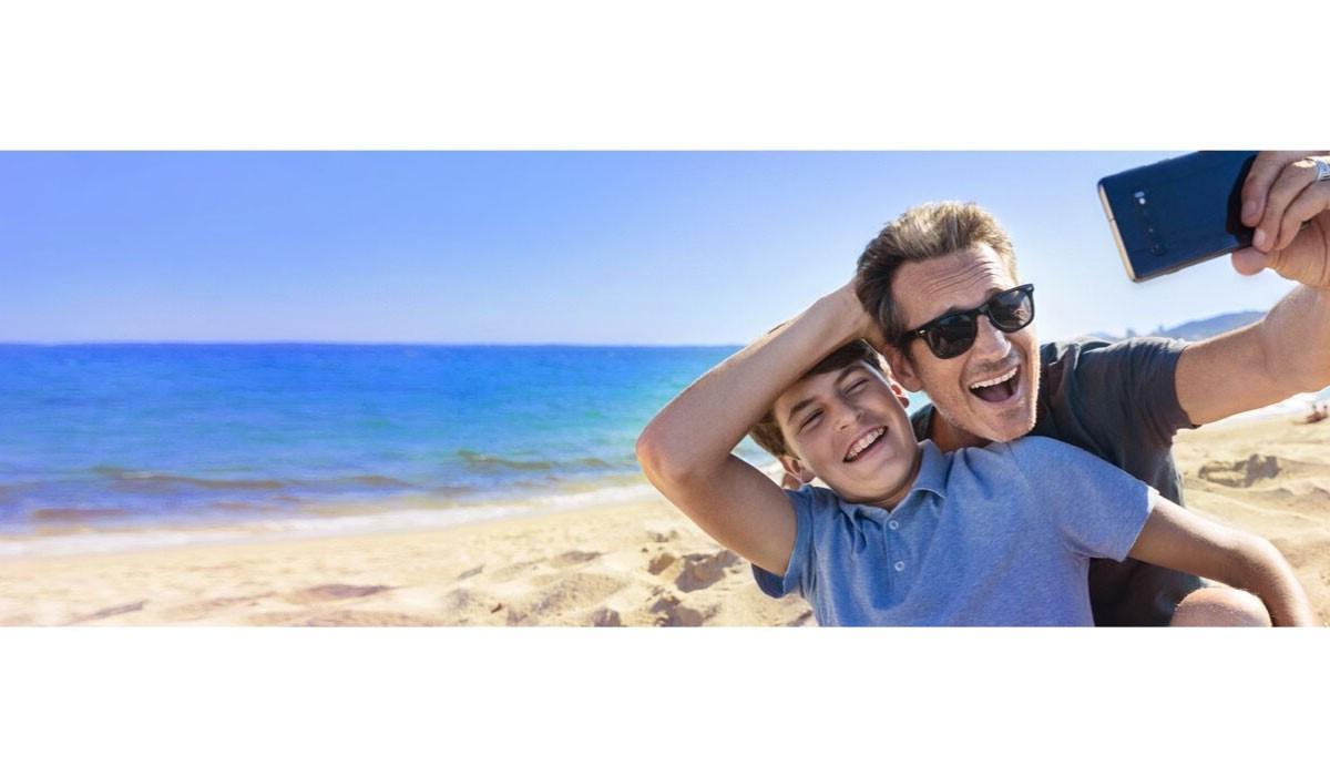 selfie d'un papa avec son fils à la plage