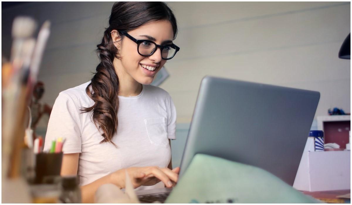 jeune femme qui tapote sur son clavier d'ordinateur