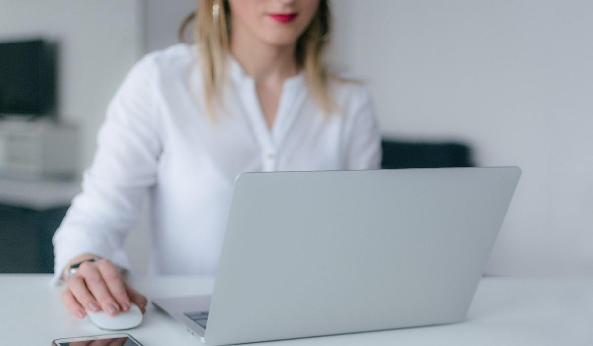 jeune femme qui utilise son ordinateur