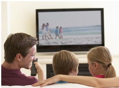 une famille qui regarde la TV