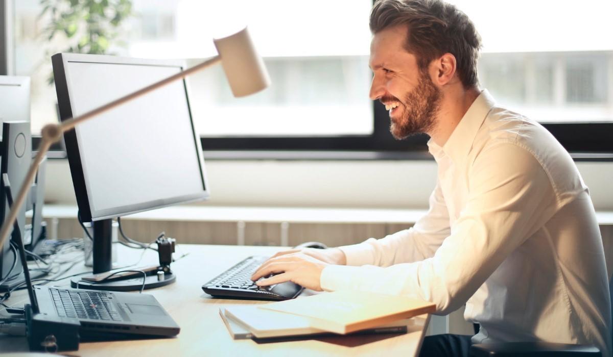 jeune homme qui tapote sur son clavier d'ordinateur