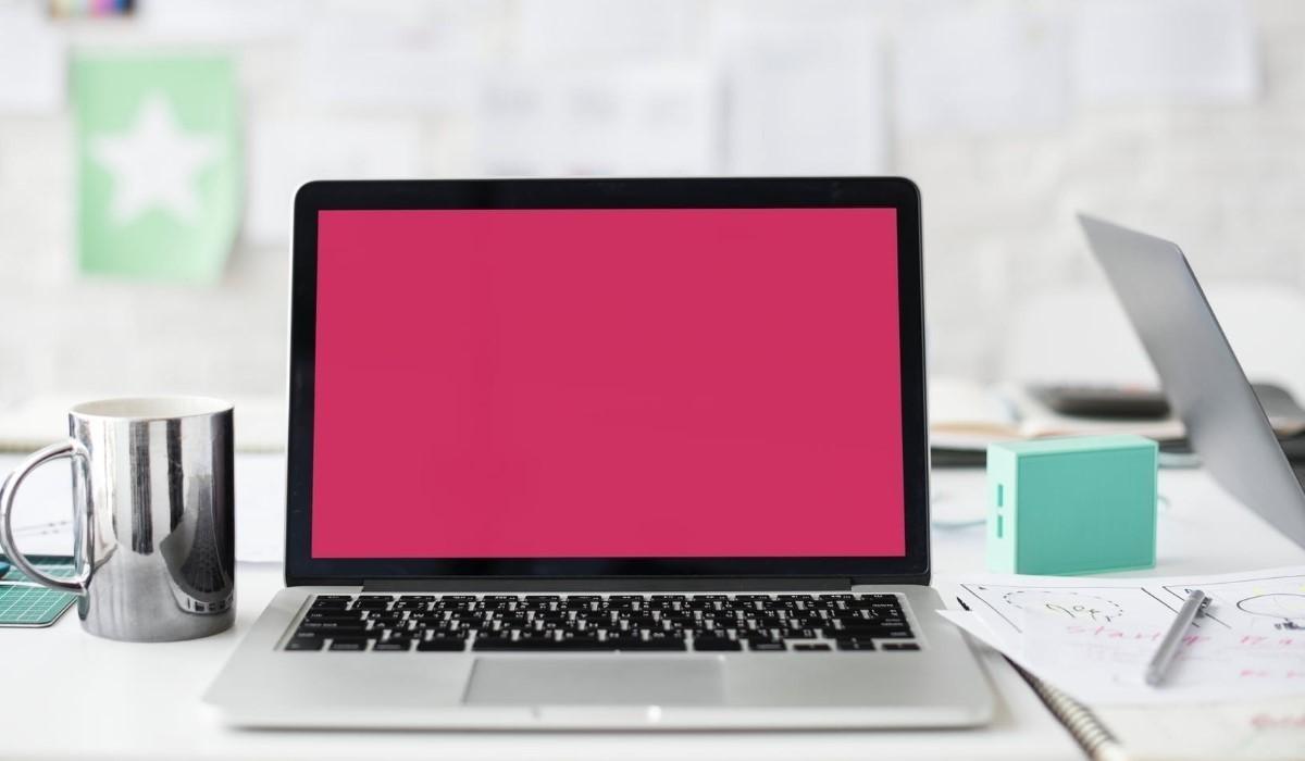 ordinateur posé sur un bureau