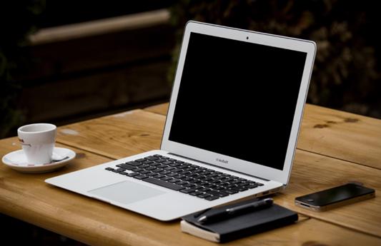 Bureau avec un ordinateur pour comparer les forfaits mobile en ligne