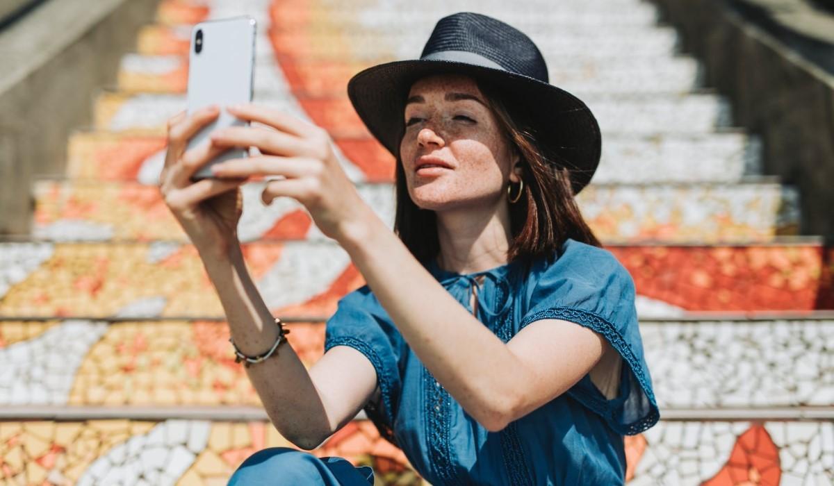 jeune femme qui fait un selfie