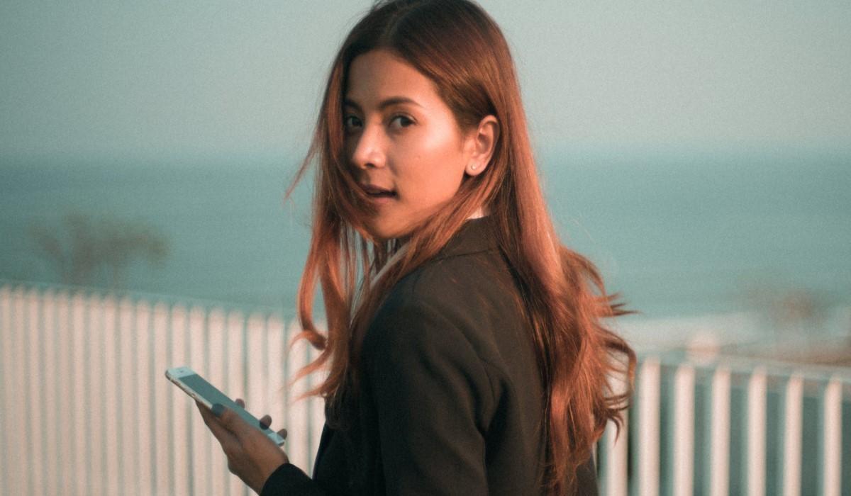 jeune  femme avec son mobile en main