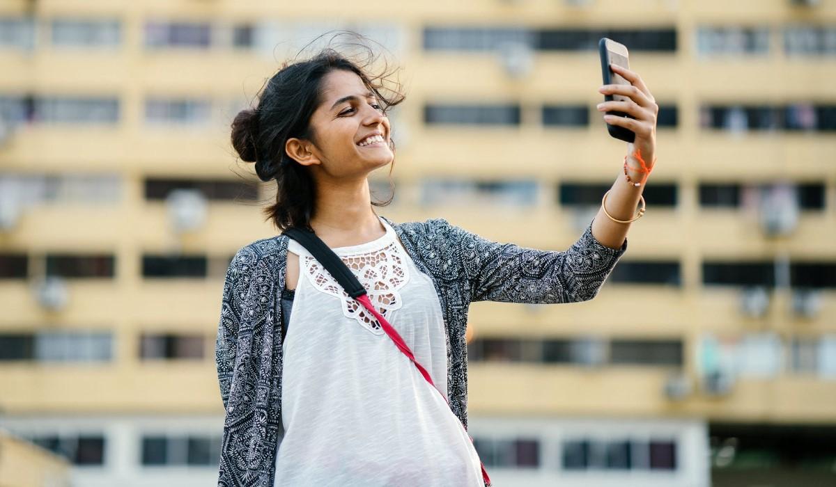 jeune femme qui communique en visio avec son smartphone