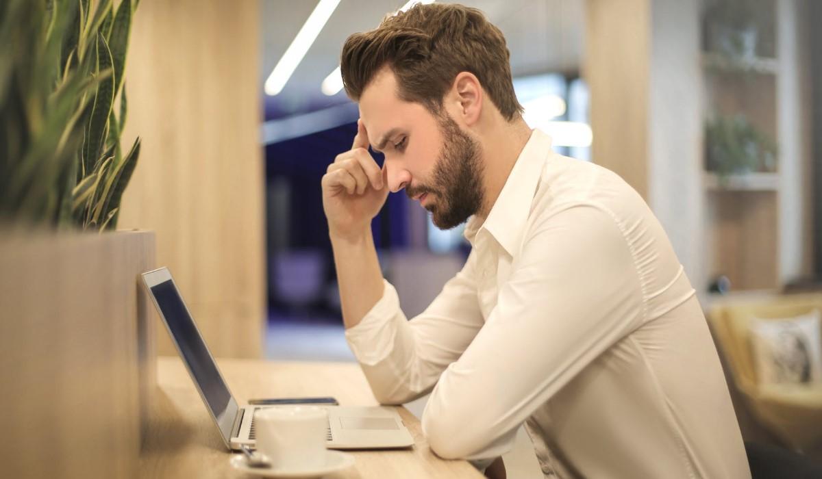 un homme qui regarde l'écran de son ordinateur