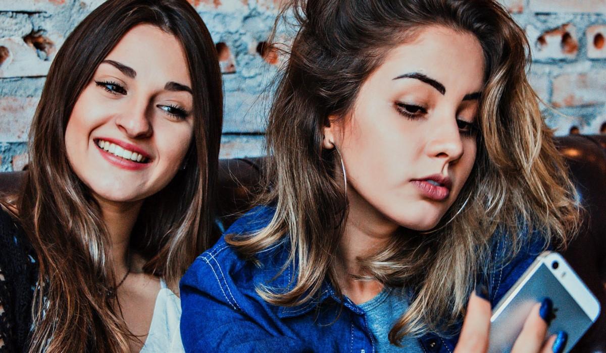 selfie de deux jeunes filles