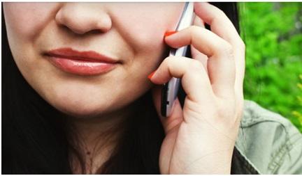 personne qui utilise son mobile pour appeler