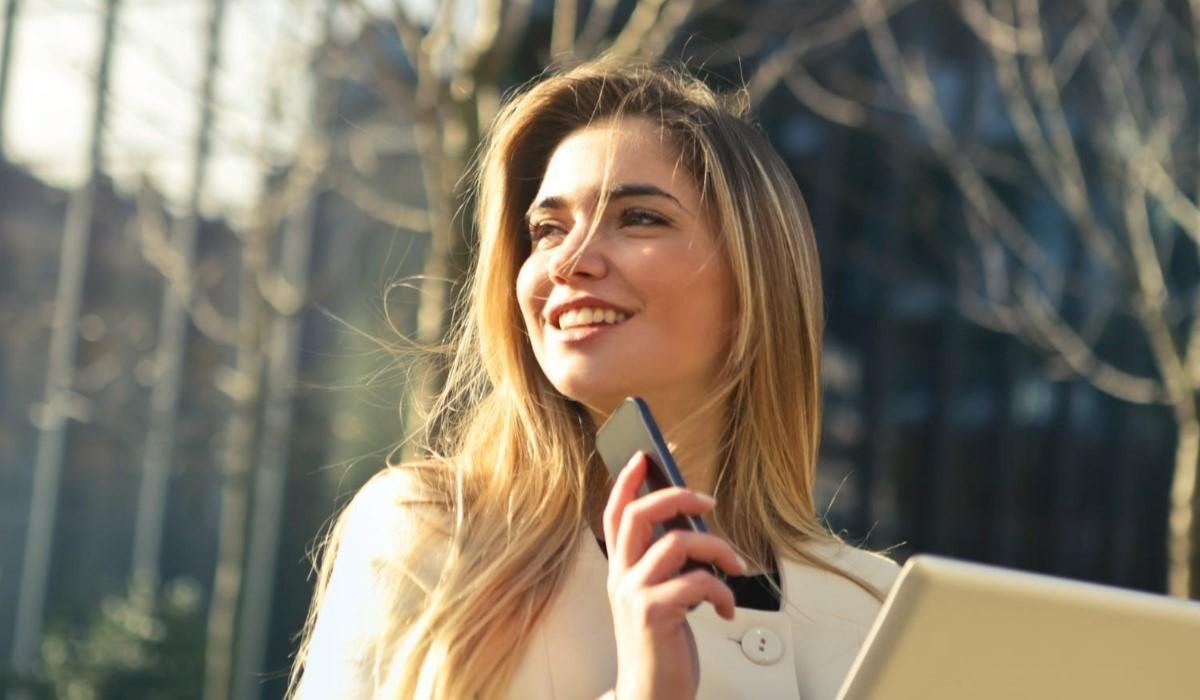 jeune femme avec son smartphone à la main