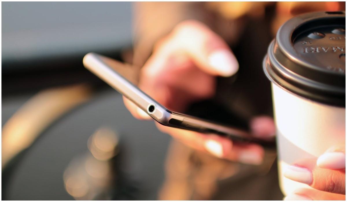 une personne qui utilise son smartphone