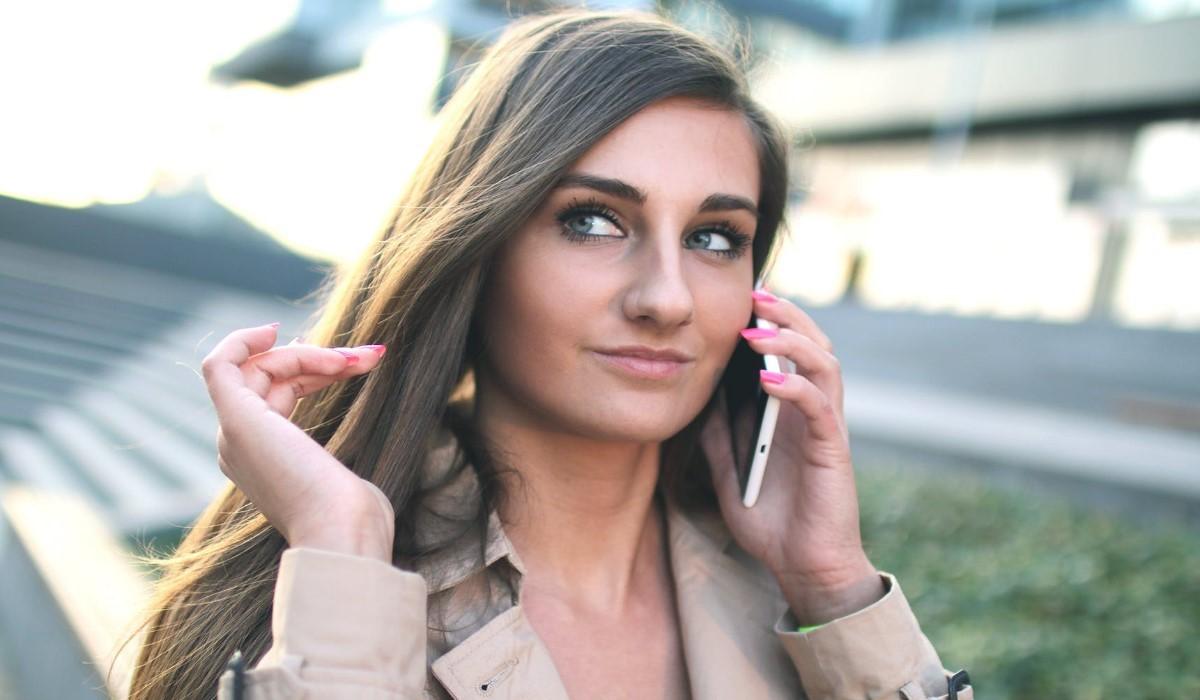 une jeune qui appelle avec son mobile