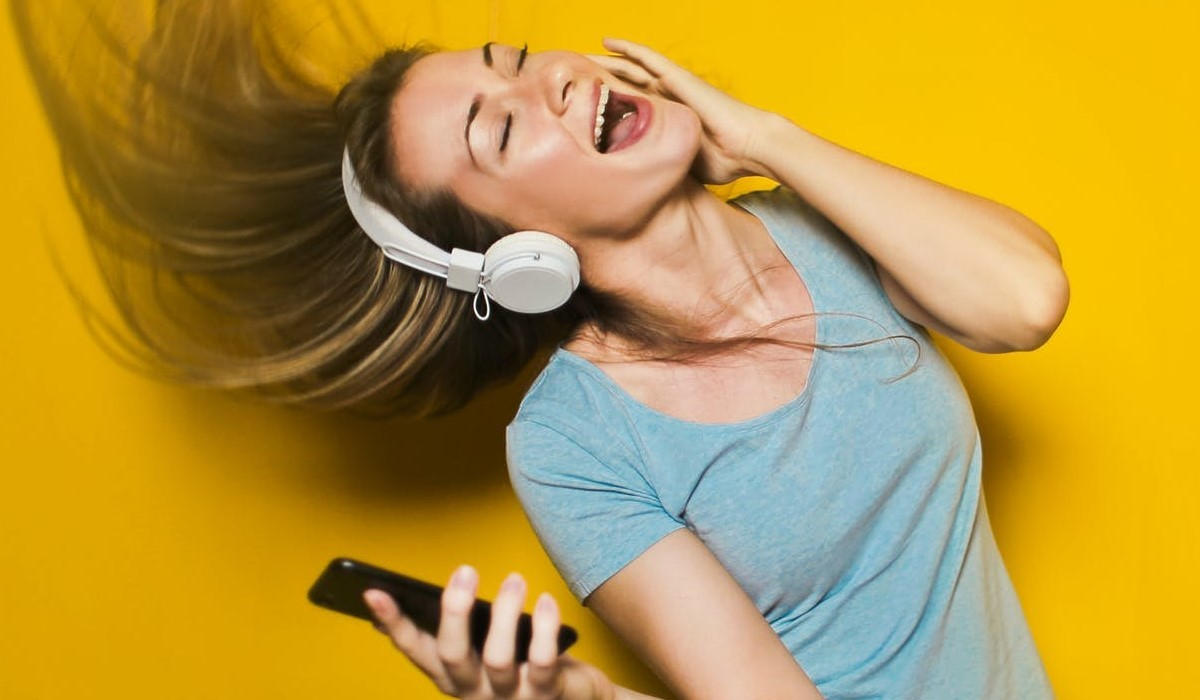 Personne qui ecoute de la musique avec son smartphone