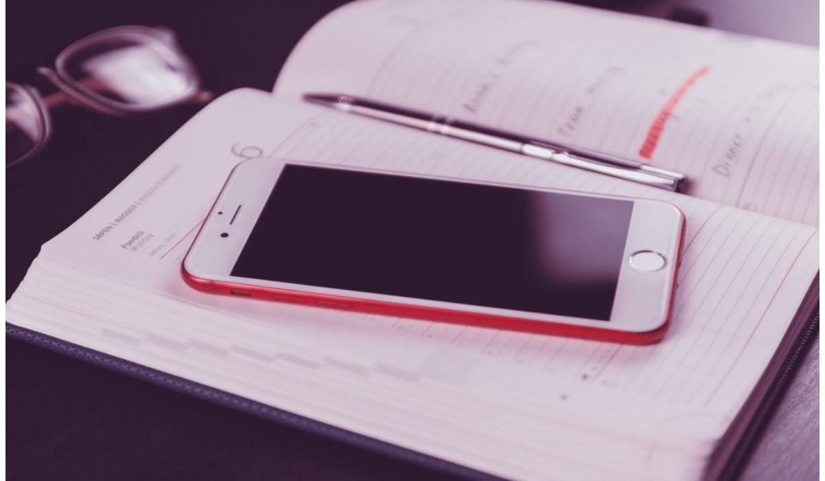 smartphone pose sur un bureau
