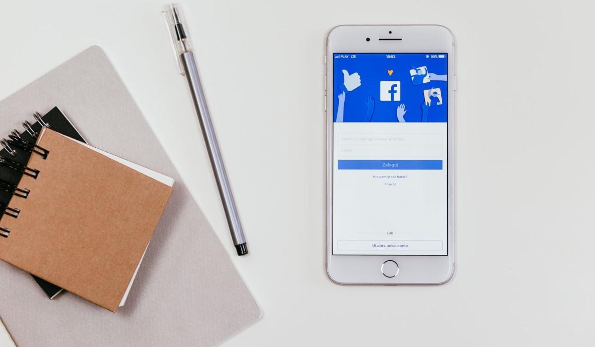 smartphone et bloc notes posés sur un bureau