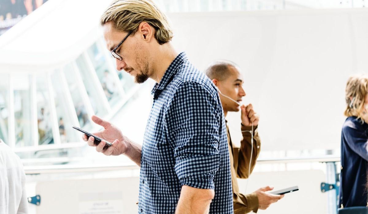 deux hommes connectés à leurs Smartphones
