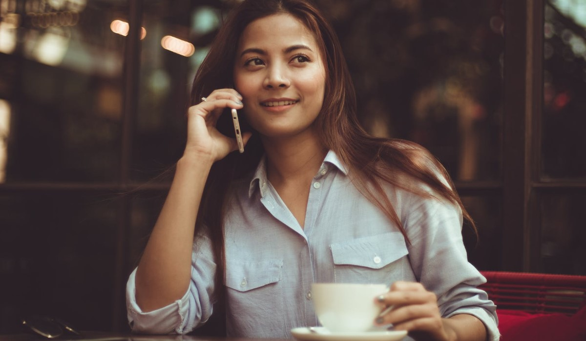 jeune femme qui passe un appel avec son smartphone
