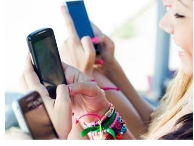 jeunes qui surfent sur leurs Smartphgones