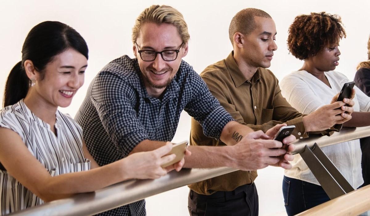 4 jeunes qui surfent sur leurs mobiles
