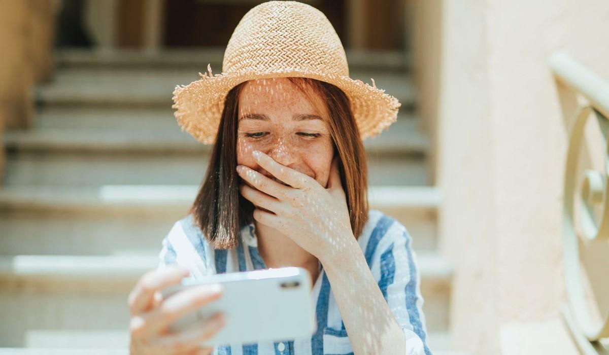 jeune femme qui appelle avec son mobile