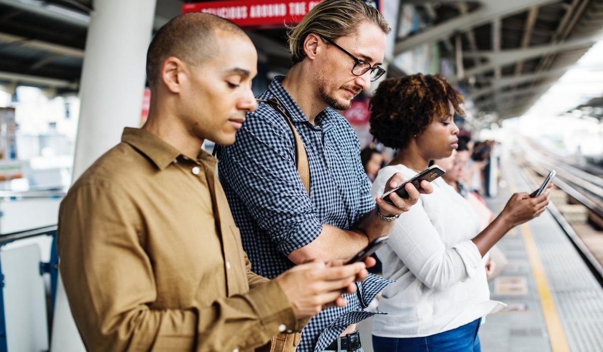 Trois personnes assis avec leur Smartphone en main