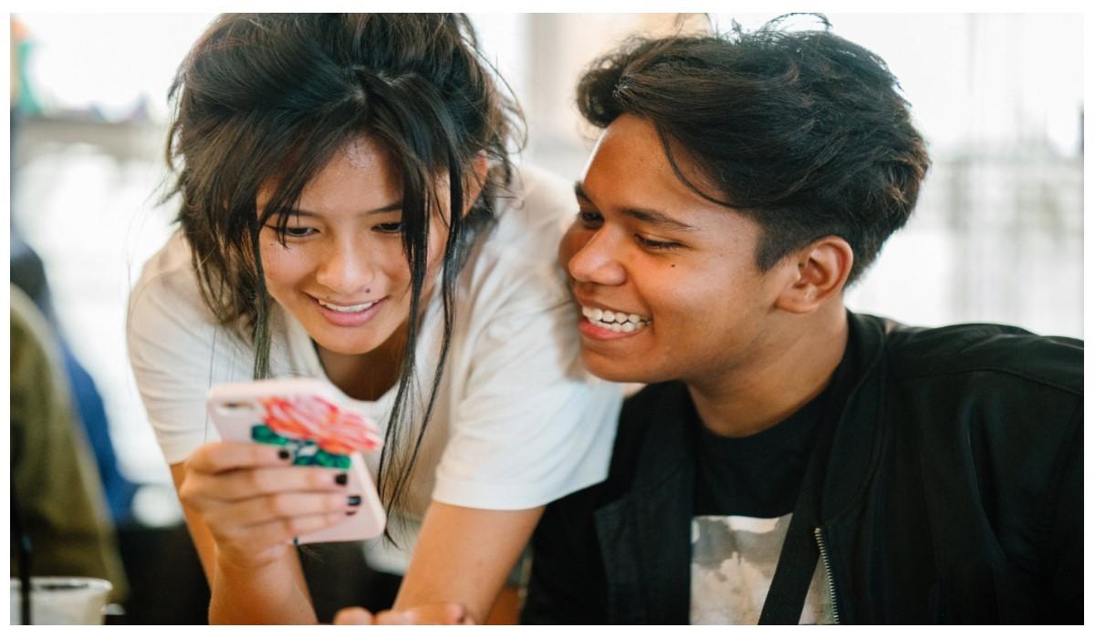 deux jeunes contents en regardant leur Smartphone