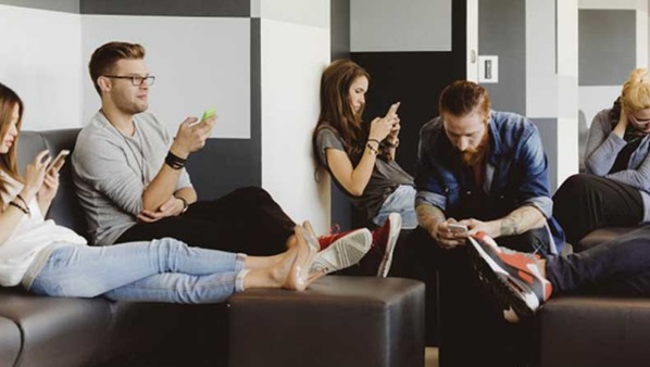 des jeunes qui  surfent sur le web via leur smartphone