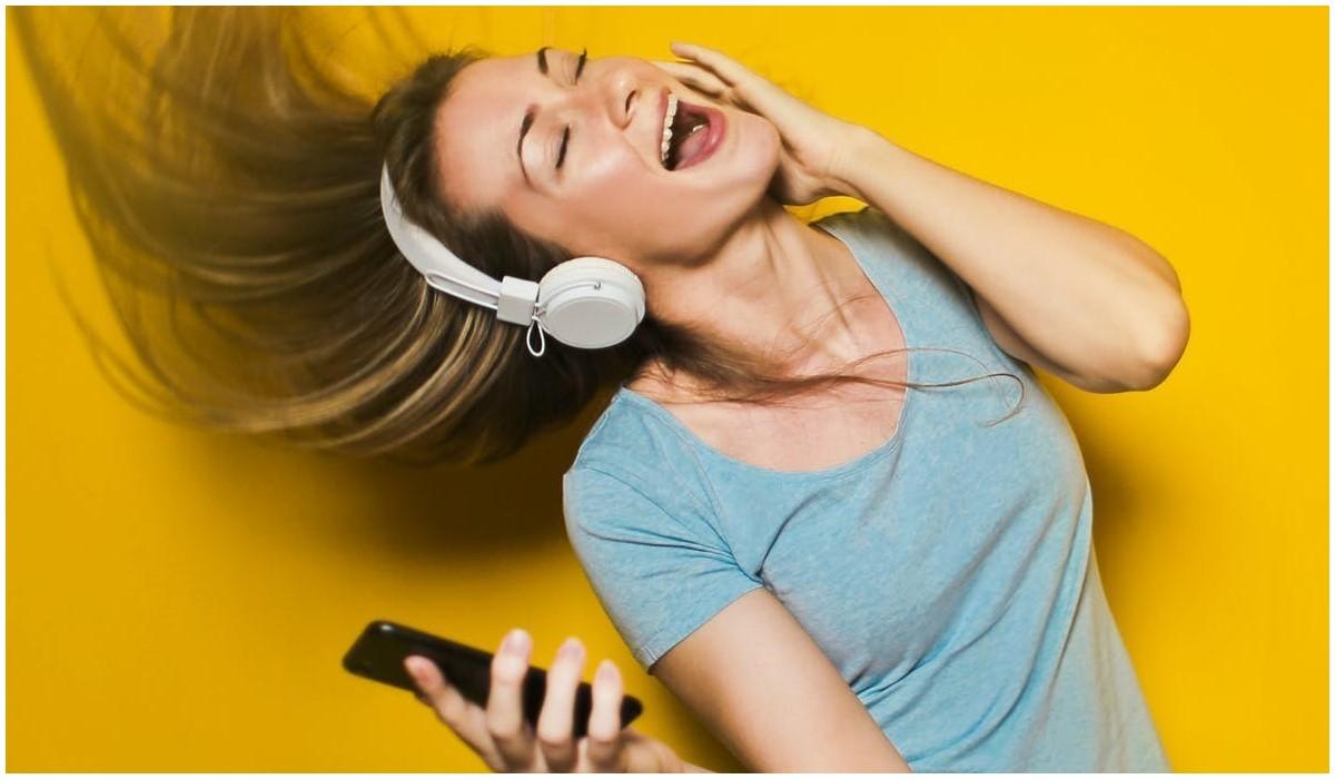 jeune femme qui écoute la musique via son smartphone