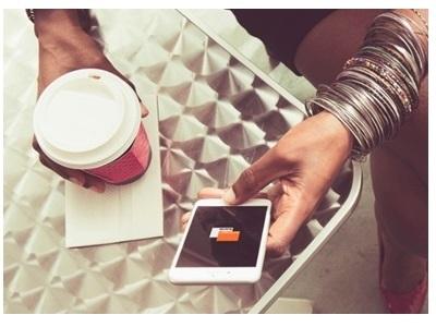 personne qui surf sur son smartphone Orange