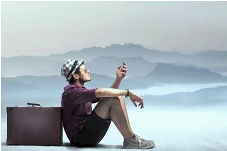 personne avec sa valise et son smartphone