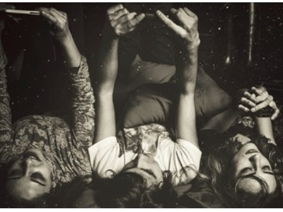 Trois jeunes femmes avec leur Smartphone