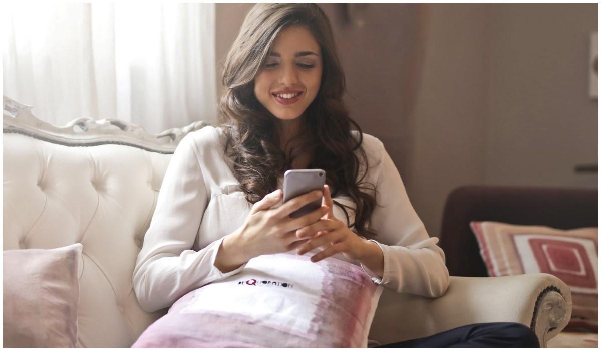 jeune femme qui consulte son smartphone