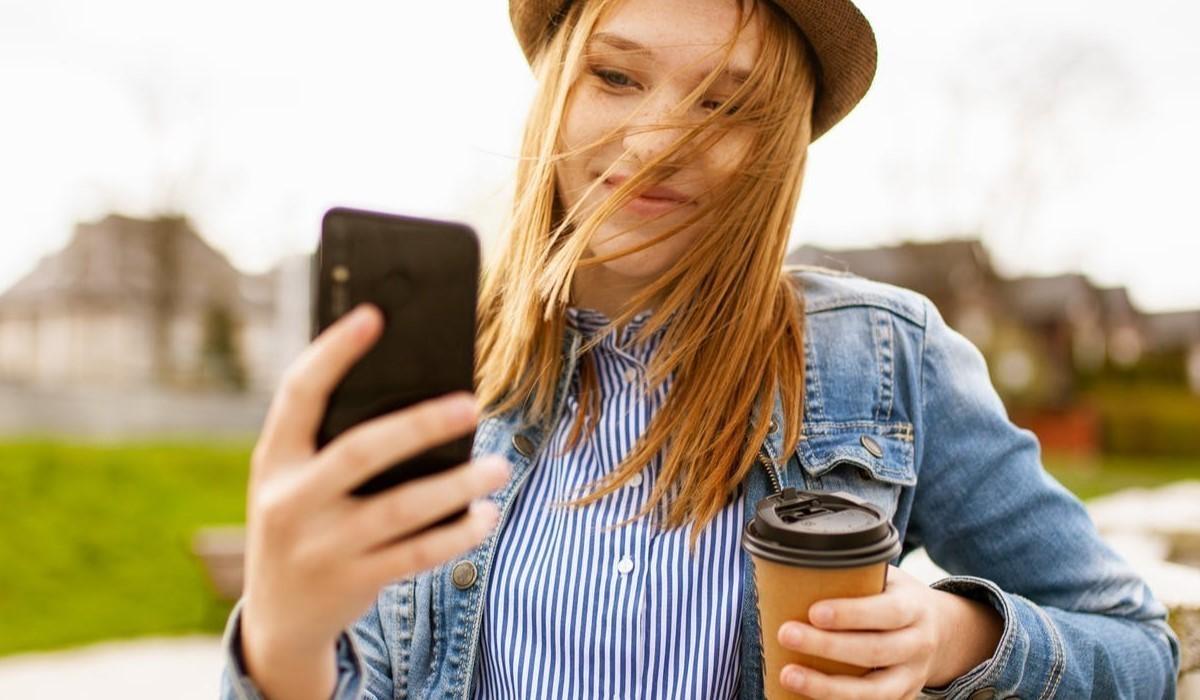 jeune femme qui utilise son mobile