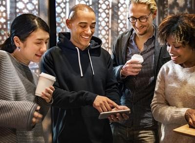 groupe de personne qui regarde un téléphone