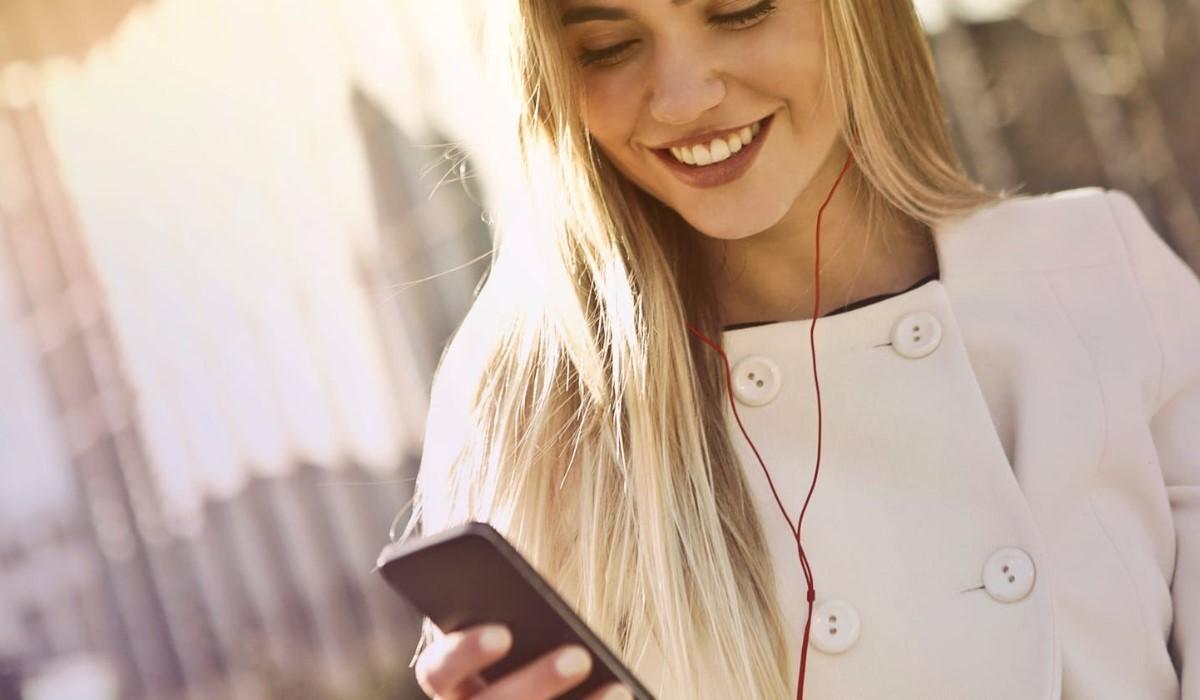 Jeune femme qui utilise l'internet sur son mobile