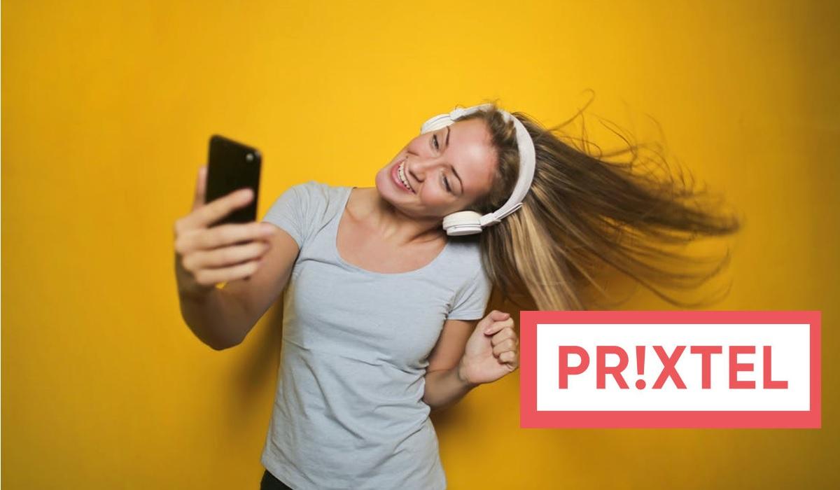 femme qui écoute de la musique sur son smartphone avec un casque et un fond jaune (logo prixtel en bas à doite)