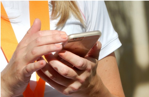 Personne qui surf sur son smartphone