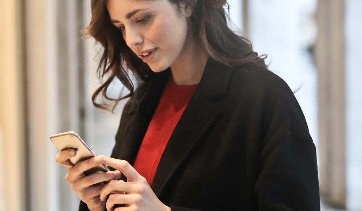 jeune femme qui surf sur son smartphone