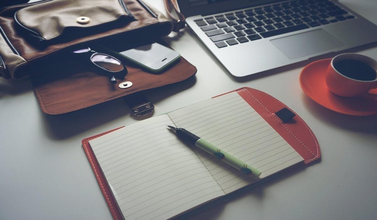 un ordinateur et Smartphone poses sur un bureau
