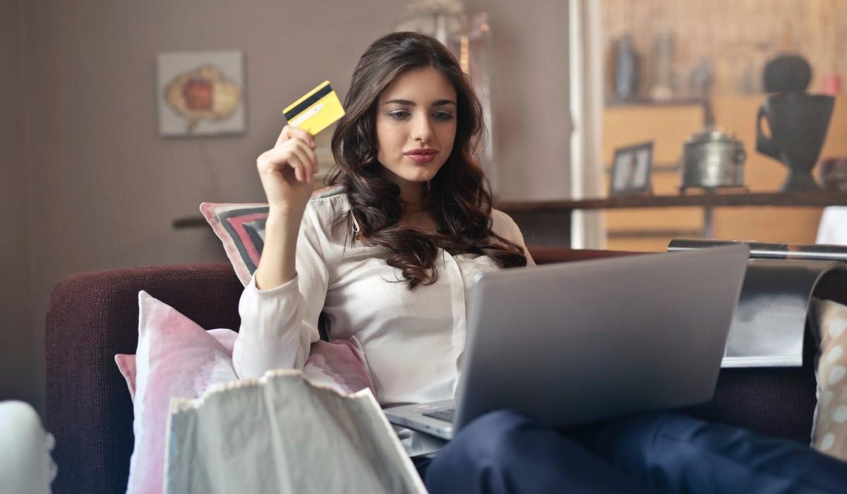 jeune femme qui fait du shopping sur internet