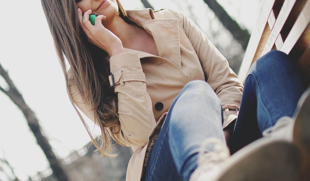 jeune femme assise qui surf sur son smartphone