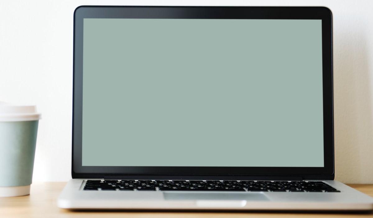 personne qui tapote sur son clavier d'ordinateur