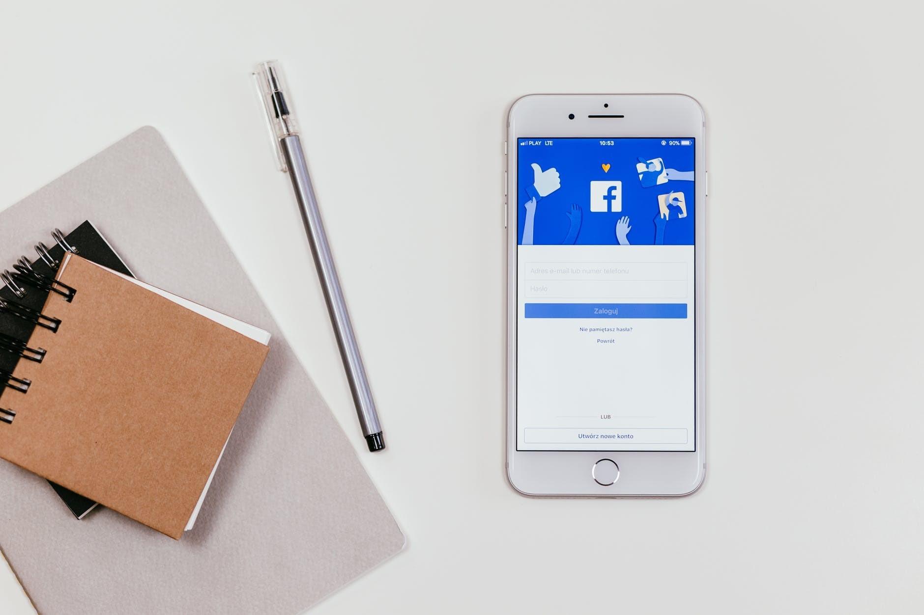 mobile avec un bloc notes posé sur une table